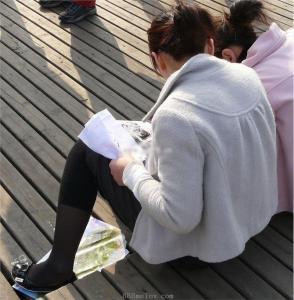 [户外街拍] 2013.08.01 刺绣的MM  丝脚特写