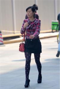 [户外街拍] 2013.09.16 短裙斑点黑丝裤高跟少妇