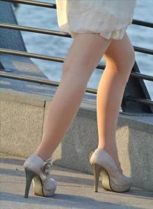 [户外街拍]  广场上肉丝袜少妇,秋装上身了