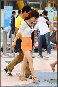 [户外街拍] 2013.09.23 黄色紧身裙肉色高跟美女
