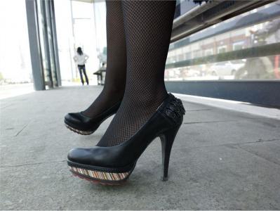 [户外街拍] 2013.09.15 等候的黑丝黑高跟靓妇
