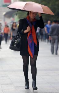 [户外街拍] 2013.09.13 穿戴很时尚打伞的黑丝少妇