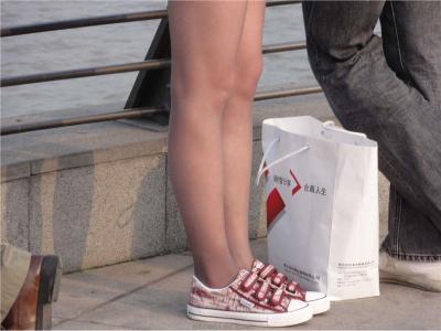 [户外街拍] 2013.09.07 外滩美女花纹黑丝 灰色丝袜