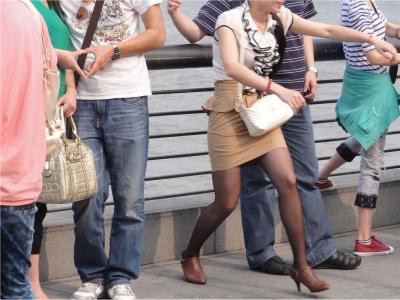 [户外街拍] 2013.09.04 外滩黑丝,女的很漂亮
