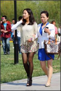 [户外街拍] 2013.09.12 超靓的黑丝女孩和她的妈妈