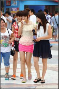 [户外街拍] 2013.09.17 粉红套裙黑丝黑靴美女 黑白连衣裙美女