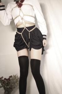学生水手服被绑图片 学生妹制服捆绑艺术写真图片
